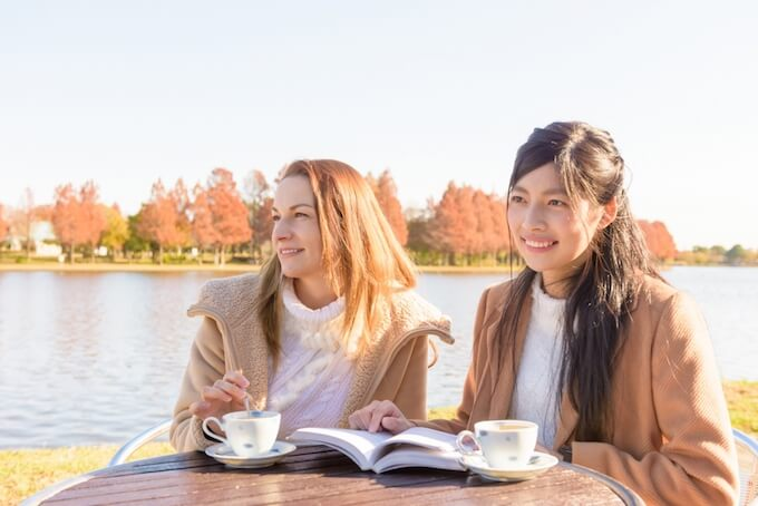 湖畔で楽しむ女性