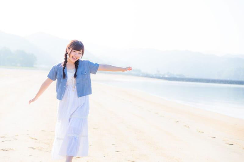 海辺と女性